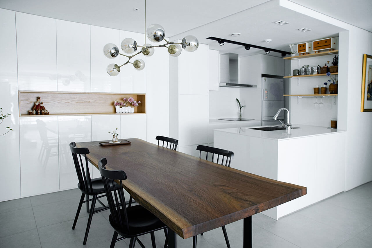 멋진 인테리어의 주방에 놓인 월넛 우드슬랩 테이블