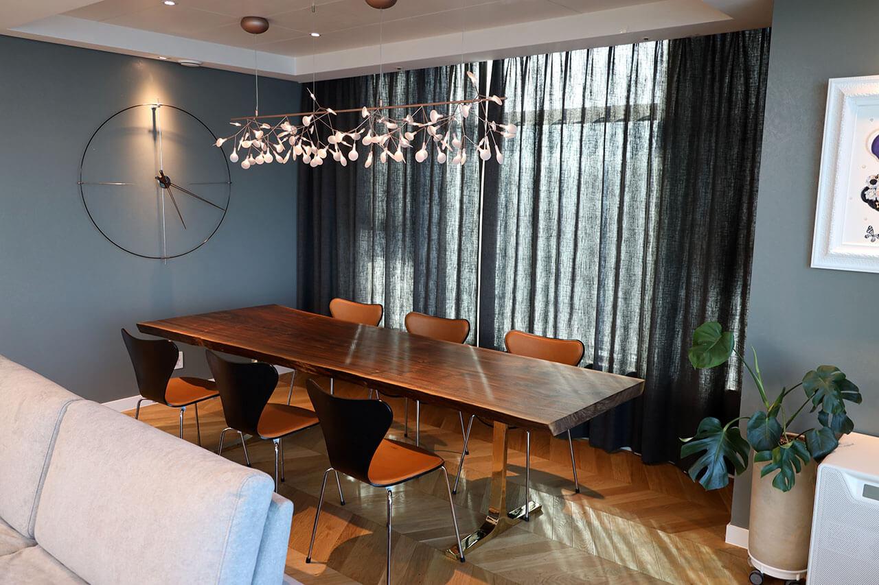 고급 아파트에 세팅된 클라로월넛 우드슬랩 식탁 사진