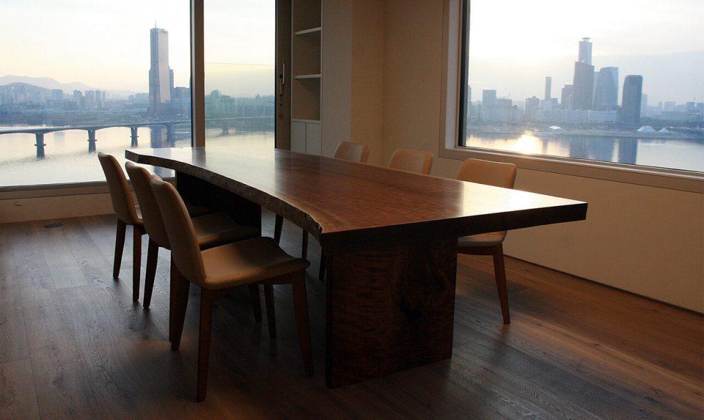 여의도가 보이는 펜트하우스에 월넛으로 만든 테이블 세트가 놓여져 있다.