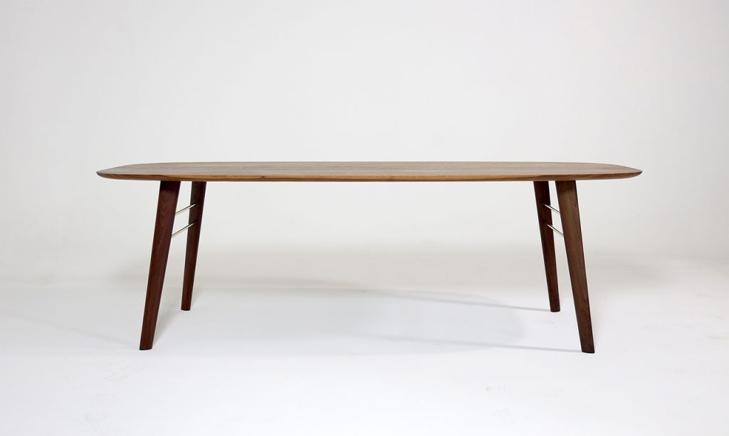 월넛으로 제작한 테이블이 스튜디오에 전시되어 있다.