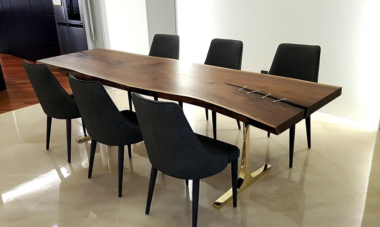 유명 연예인 집에 세팅된 블랙월넛 우드슬랩 테이블 황동다리 사진