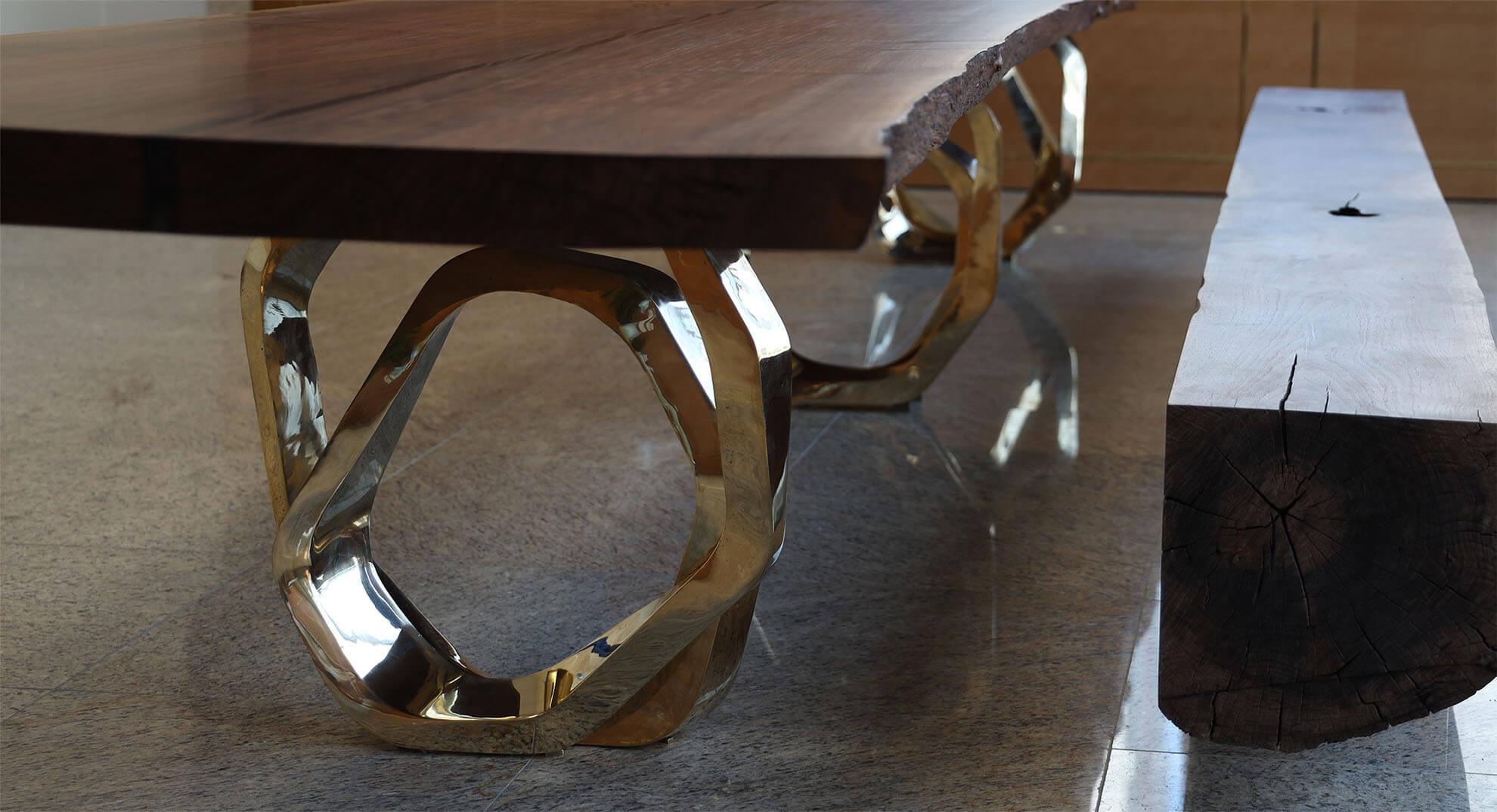 링 형태의 황동 주물 다리와 클라로월넛 테이블 사진